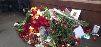 В Москве в память о Борисе Немцове возлагают цветы