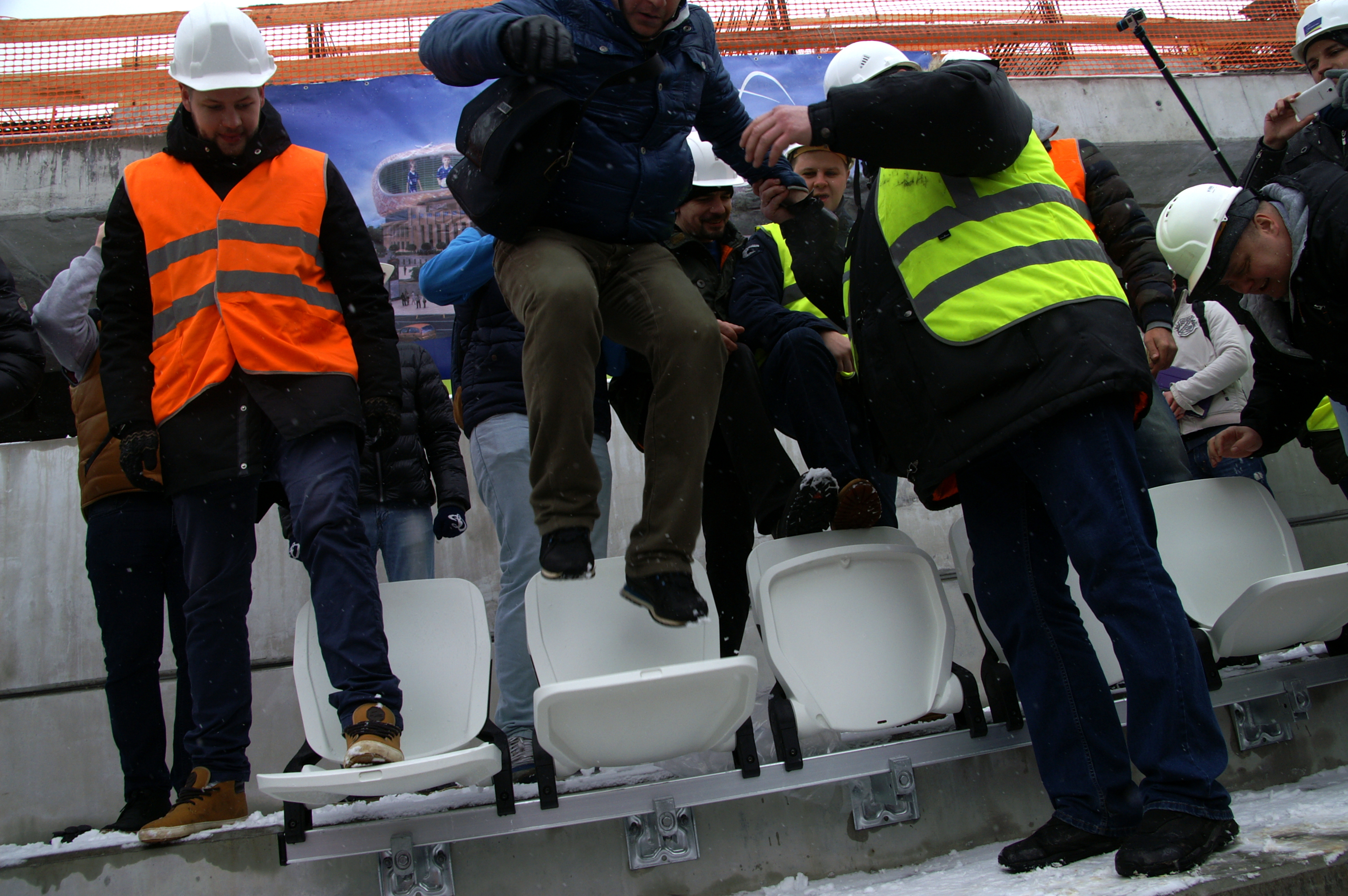 Болельщики «Динамо» проверили напрочность сиденья настроящемся стадионе