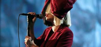 Первый рождественский «выход» певицы Sia